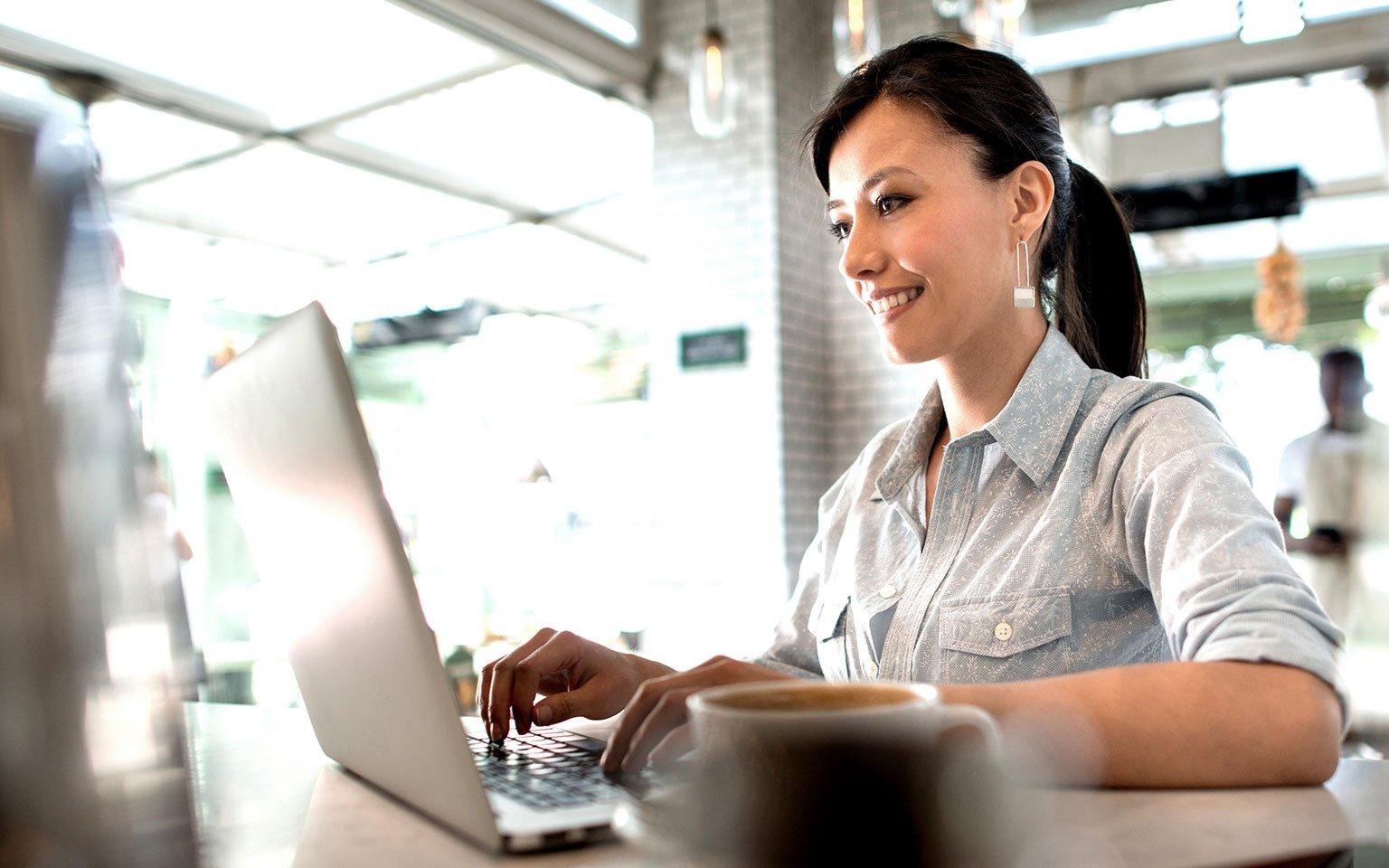 Kadın çalışan fatura çıktısı alıyor